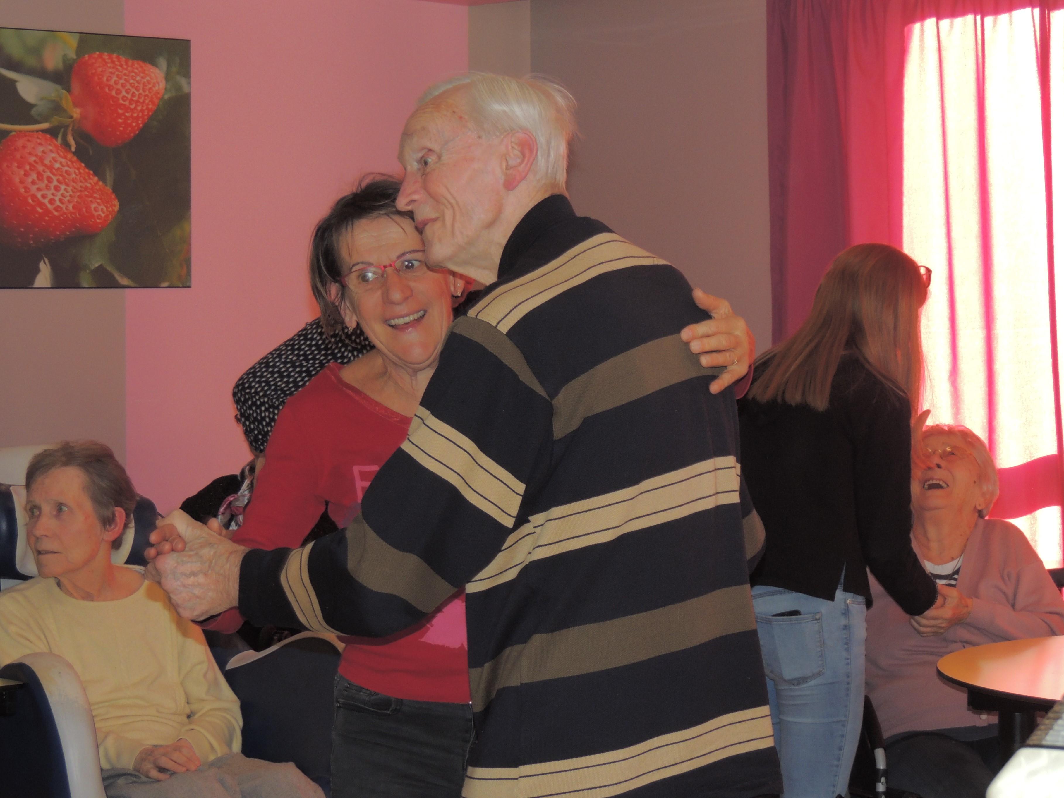 Josiane accompagne Michel à la danse!